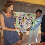 Les élèves de la classe CP2 entrain de lire les voyaelles