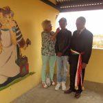 Notre peintre Rova au milieu de notre présidente fondatrice ainsi que le maire de la commune rurale d'Ambohimanambola