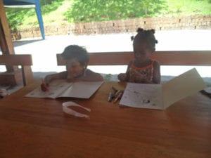 Fatigués de jouer, ils ont pu s'asseoir et colorier!!