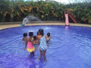 La piscine, ils n'ont pas l'habiter d'en trouver et ils ont profité à fond ♥